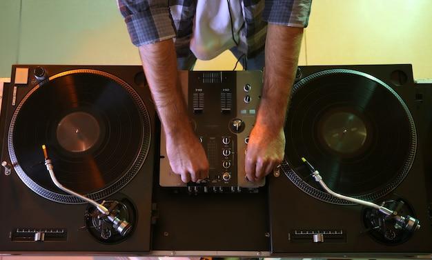 Mężczyzna dj gra muzykę w klubie, widok z góry