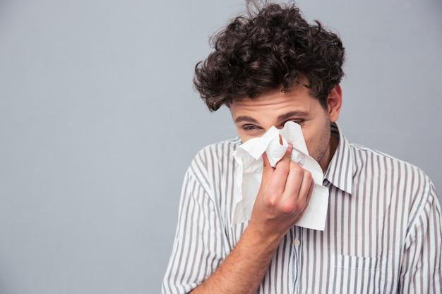 Mężczyzna dmuchający nos