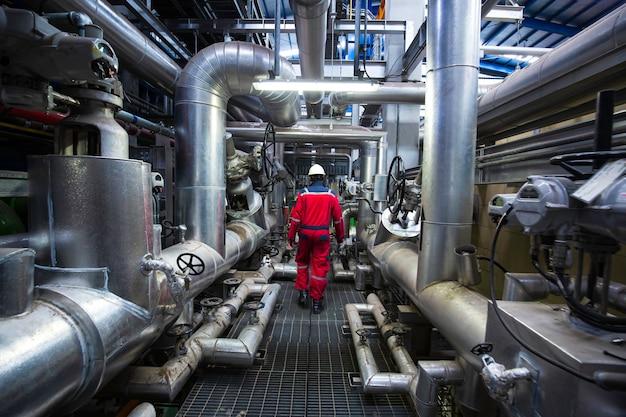 Mężczyzna do kontroli wzrokowej pracownika wewnątrz zaworu sterowni i elektrowni rurociągowych