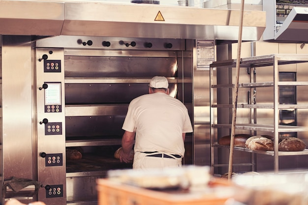 Mężczyzna do pieczenia chleba w piekarni