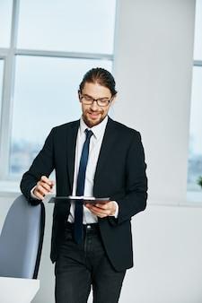 Mężczyzna dokumenty menedżera w komunikacji ręcznej za pomocą technologii telefonicznych