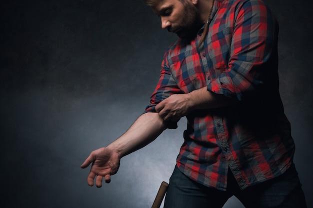 Mężczyzna dorosły pracownik na ciemnym tle. facet pracujący z rękami, zbliżenie siły człowieka z wolną przestrzenią, przystojny wiejski hipster, koncepcja mocy