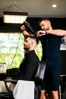 Mężczyzna dostaje świeżą fryzurę