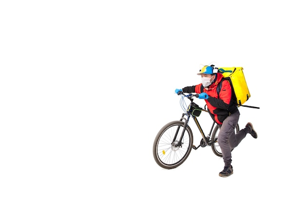 Mężczyzna dostarcza jedzenie podczas izolacji, mając na sobie rękawiczki i maskę na twarz