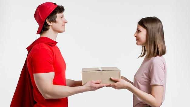 Mężczyzna dostarcza pudełko kobiecie