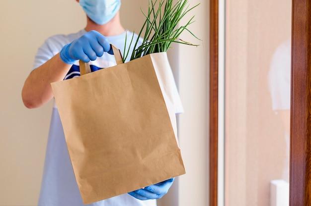 Mężczyzna dostarczający artykuły spożywcze zamówione online