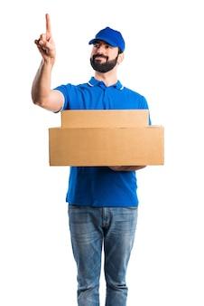 Mężczyzna dostawy dotykając przezroczystego ekranu