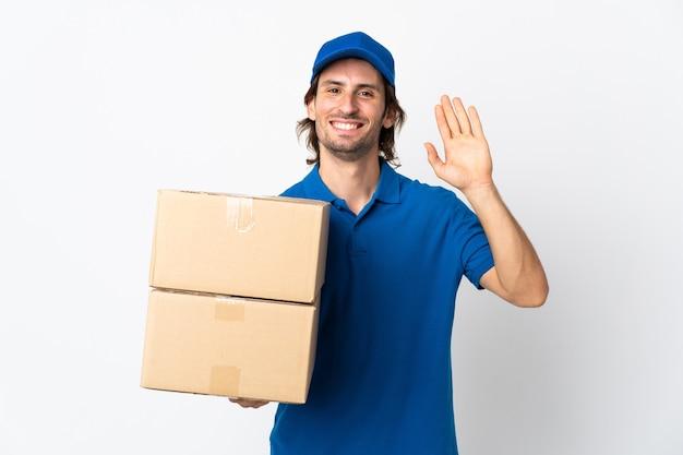 Mężczyzna dostawy na białym tle salutując ręką z happy wypowiedzi