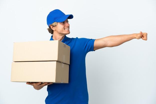 Mężczyzna dostawy na na białym tle biały dając kciuki do góry gestu