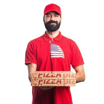 Mężczyzna dostawy pizzy gospodarstwa amerykański bandery