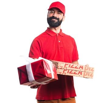 Mężczyzna dostawy pizzy gospodarstwa prezent