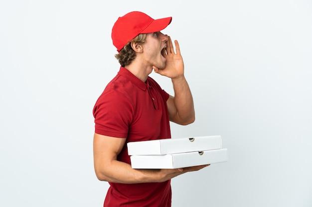 Mężczyzna dostawy pizzy na białym krzyczy z szeroko otwartymi ustami na bok