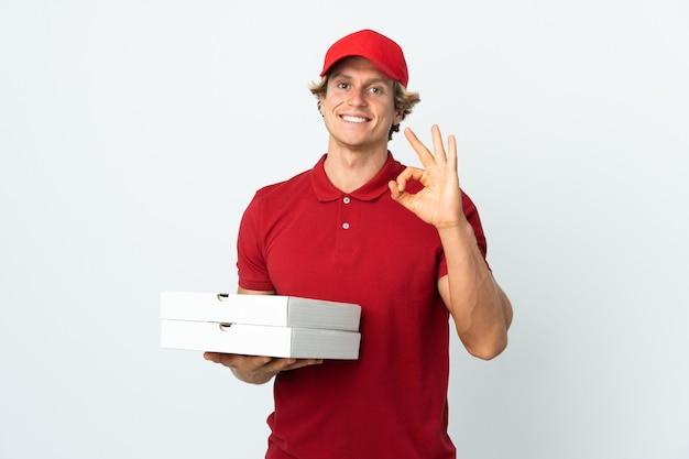 Mężczyzna dostawy pizzy na białym tle pokazano ok znak palcami