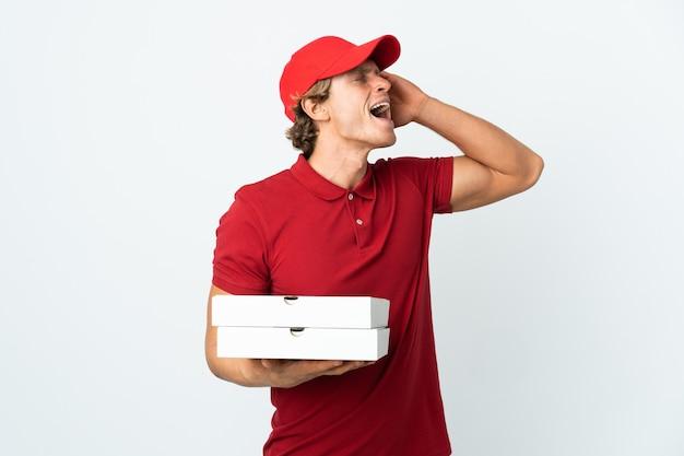 Mężczyzna dostawy pizzy na białym tle uśmiechnięty dużo
