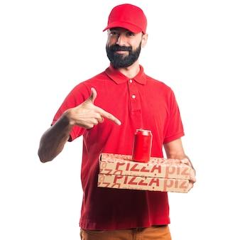 Mężczyzna dostawy pizzy z sodą