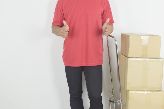 Mężczyzna dostawy pokazujący kciuk w górę ze skrzynkami pocztowymi z boku koncepcja dostawy