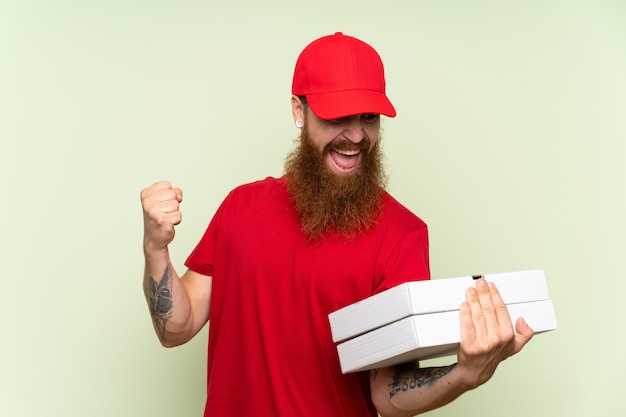 Mężczyzna dostawy z długą brodą zielony świętuje zwycięstwo
