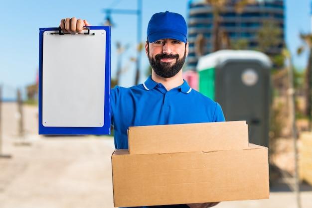 Mężczyzna dostawy z folderu
