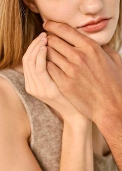 Mężczyzna dotyka brodę kobiety ręką