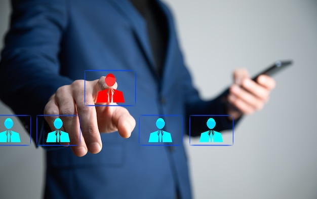 Mężczyzna dotyka koncepcji przywództwa na ekranie dotykowym