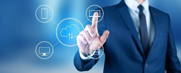 Mężczyzna dotyka wirtualnej chmury obliczeniowej pod ręką z linią połączenia