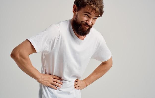 Mężczyzna dotyka żołądka z bólem dłoni, dolegliwościami żołądkowymi