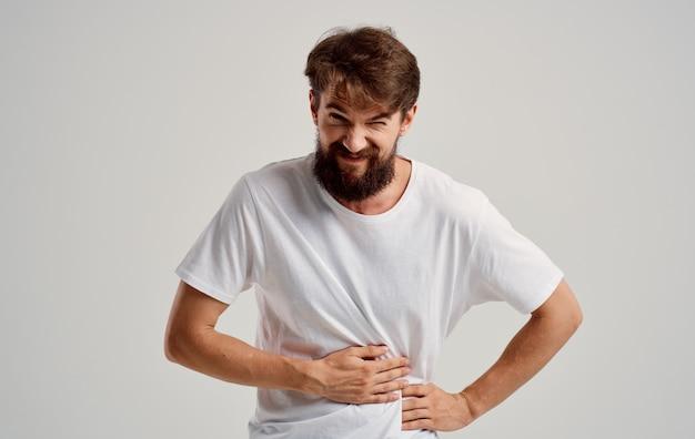 Mężczyzna dotyka żołądka z bólem dłoni problemy żołądkowe