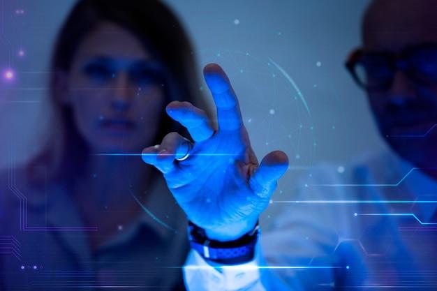 Mężczyzna dotykający wirtualnego ekranu futurystycznej technologii cyfrowej remiksu
