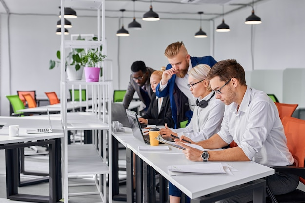 Mężczyzna dyrektor udziela wskazówek pracownikom w biurze