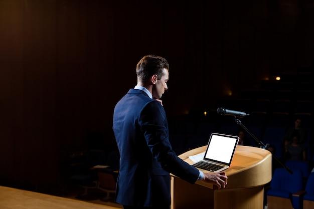 Mężczyzna dyrektor wykonawczy wygłasza przemówienie