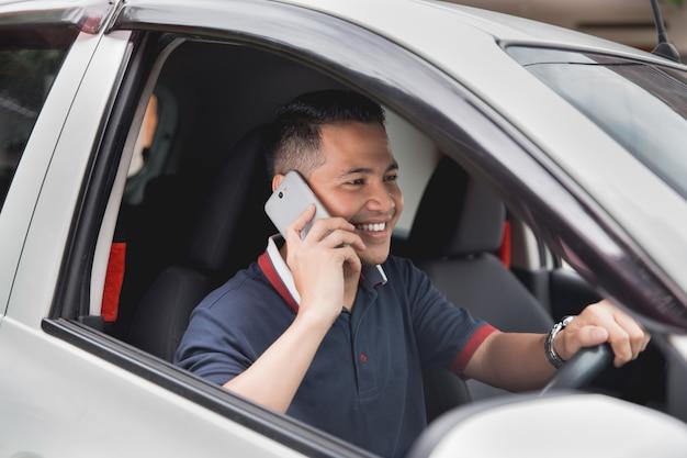 Mężczyzna dzwoni podczas gdy jadący samochód