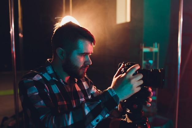 Mężczyzna filmowiec z gimball wideo slr, portret.