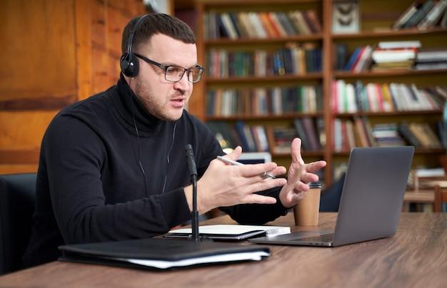 Mężczyzna filmujący bloga wideo na aparacie ze statywem dla obserwujących online. w mediach społecznościowych, influencer, nowej technologii, komunikacji i koncepcji internetu