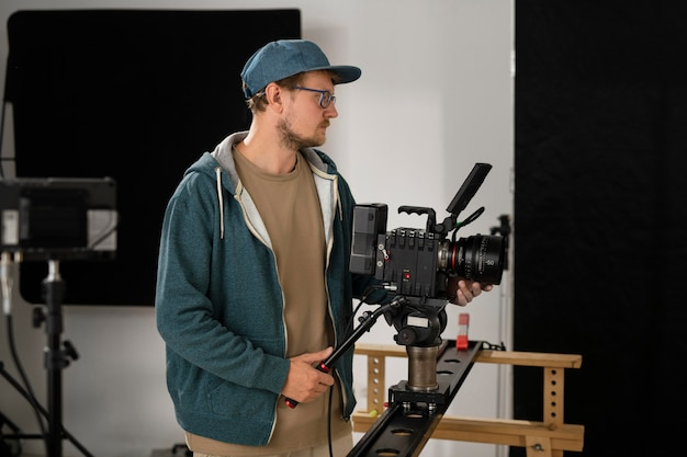 Mężczyzna filmuje profesjonalną kamerą