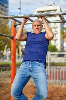 Mężczyzna fitness model treningu crossowego na świeżym powietrzu.