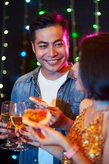 Mężczyzna flirtujący na przyjęciu