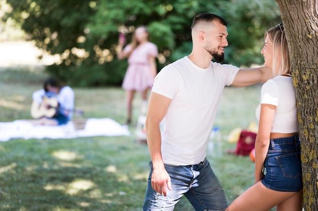 Mężczyzna flirtuje z kobietą po pandemii