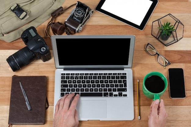 Mężczyzna fotograf pracujący przy biurku