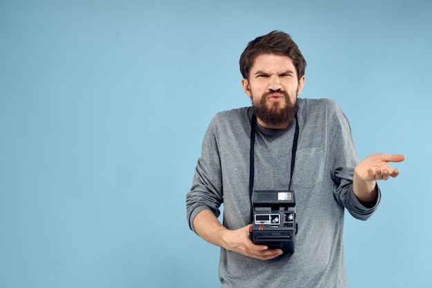 Mężczyzna fotograf profesjonalny hobby niebieskie tło technologii