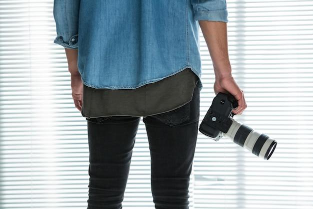 Mężczyzna fotograf z aparatem cyfrowym