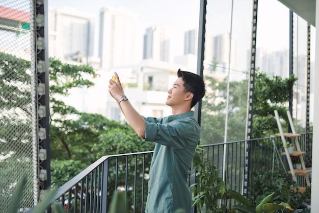 Mężczyzna fotografuje widok z hotelowego krajobrazu.