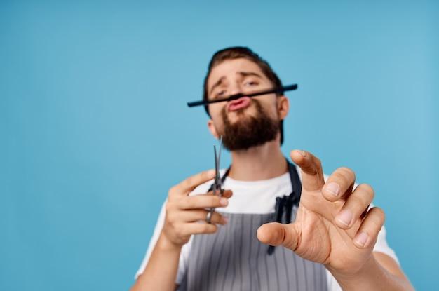 Mężczyzna fryzjer salon piękności niebieskie tło