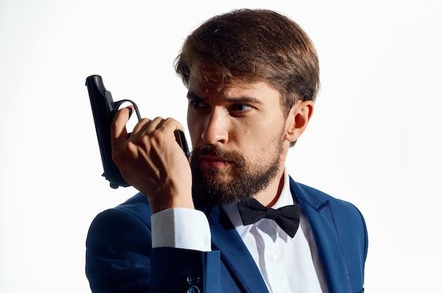 Mężczyzna gangster z pistoletem w dłoni studio emocje