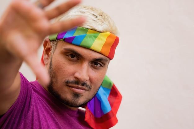 Mężczyzna gestykulujący aktywista lgbt