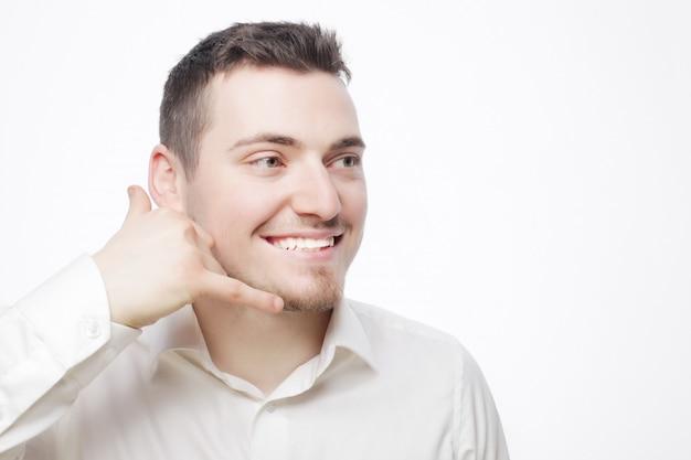 Mężczyzna gestykuluje telefon komórkowy w pobliżu twarzy