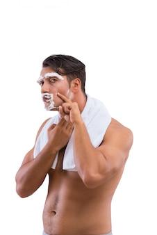 Mężczyzna golenie odizolowywający na białym tle