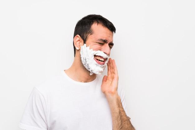 Mężczyzna goli brodę z bólem zęba