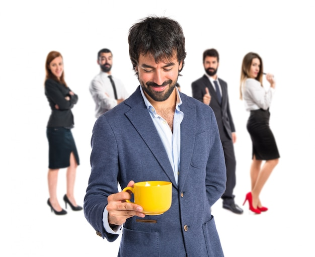 Mężczyzna gospodarstwa filiżankę kawy na białym tle