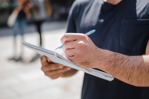 Mężczyzna gospodarstwa notatnik piśmie