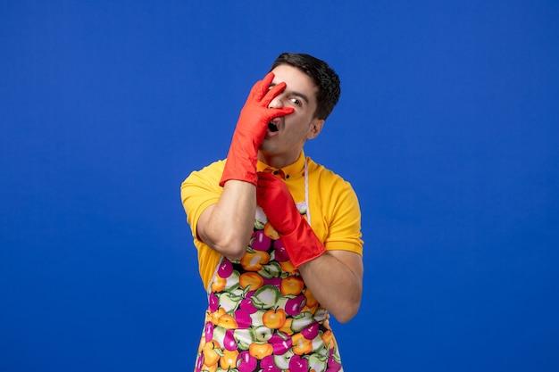 Mężczyzna gospodyni z widokiem z przodu kładzie rękę na twarzy